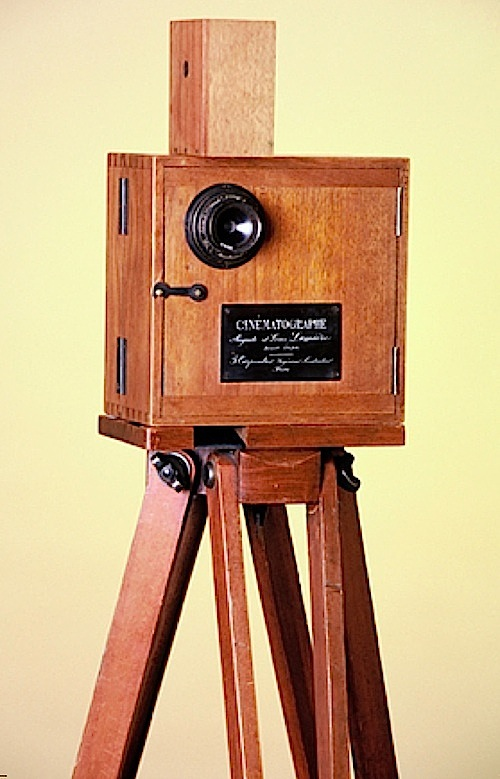 15-The Lumiare's cinmatographe in camera mode - 1895.jpg