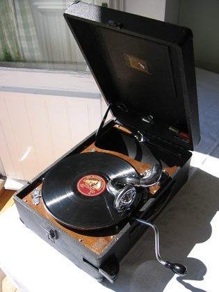 64-Portable_78_rpm_record_player.jpg